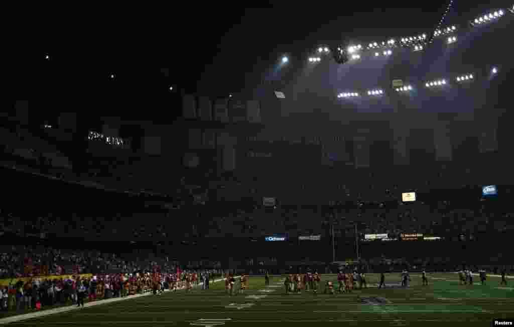La mitad del estadio queda a oscuras durante el apagon de media hora, al comienzo del segundo tiempo.