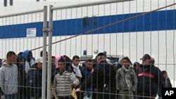 Des Tunisiens au port de lîle sicilienne de Lampedusa