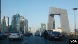 右侧大楼为很有争议的中国中央电视台的很有争议的建筑(美国之音拍摄)