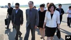 中國朝核問題談判的首席代表武大偉(中)2013年8月26日抵達平壤國際機場。(資料照片)