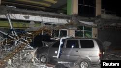 2017年2月10日,菲律宾南部苏里高市发生地震。苏里高州立科技学院的一栋受损建筑的瓦砾砸在一辆汽车上。