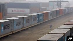 방글레디시 다카의 터미널에 컨테이너가 쌓여있다. (자료사진)