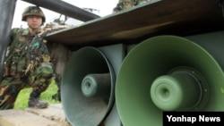 지난 2010년 한국 국방부가 천안함 침몰사태에 따른 대북조치로 대북 심리전 재개를 결정, 중동부전선을 지키는 백두산부대 최전방 장병들이 확성기를 점검하고 있다. (자료사진)
