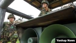 지난 2010년 한국 국방부가 천안함 침몰사태에 따른 대북조치로 대북 심리전 재개를 결정, 중동부전선을 지키는 백두산부대 최전방 GOP 장병들이 확성기를 점검하고 있다. (자료사진)
