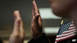 La ciudadanía se encuentra a unas cuantas preguntas más para los aspirantes a naturalizarse como estadounidenses.
