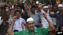 Những người ủng hộ ông Hazare hô khẩu hiệu trong khi chờ ông rời nhà tù Tihar, New Delhi, 17/8/2011