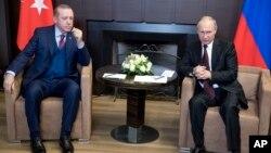 Rossiya rahbari Vladimir Putin (o'ngda) va Turkiya Prezidenti Rajab Toyyib Erdog'an Sochidagi uchrashuvda, 13-noyabr, 2017-yil.