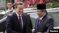 Perdana Menteri Inggris David Cameron disambut Presiden Susilo Bambang Yudhoyono pada kunjungan di Jakarta April 2012. (Reuters/Supri)