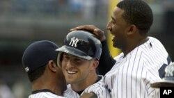 ក្រុមកីឡាបេសបល ញូវយ៉ក យេងឃីស (New York Yankees) របស់សហរដ្ឋអាមេរិក។ ក្រុមកីឡាបេសបលរបស់អ៊ុយហ្គង់ដាត្រូវបានបដិសេធទិដ្ឋាការមកលេងនៅសហរដ្ឋអាមេរិក ក្នុងពេលថ្មីៗនេះ។