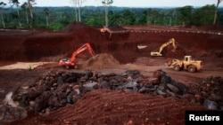 Une mine de manganèse, exploitée par une entreprise chinoise, à Lauzoua, à 180 km d'Abidjan, en Côte d'Ivoire, janvier 10 2014. REUTERS/Thierry Gouegnon New Chinese investments in Ivory Coast's Lauzoua manganese mine re-opened the operation to quadruple production of the ore used to manufacture steel.