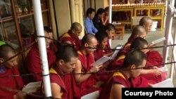 在印度德兰萨拉的藏人为那些在中国进行和平抗议的藏人祈祷,举行烛光守夜活动
