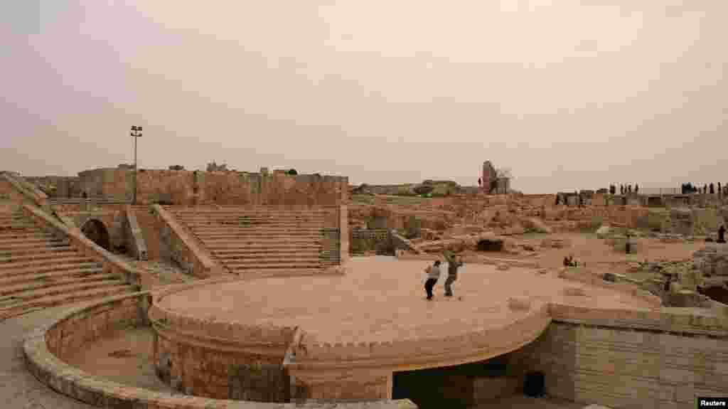 تئاتر باستانی در حلب سوریه به محلی برای بازی جنگ زدگان تبدیل شده