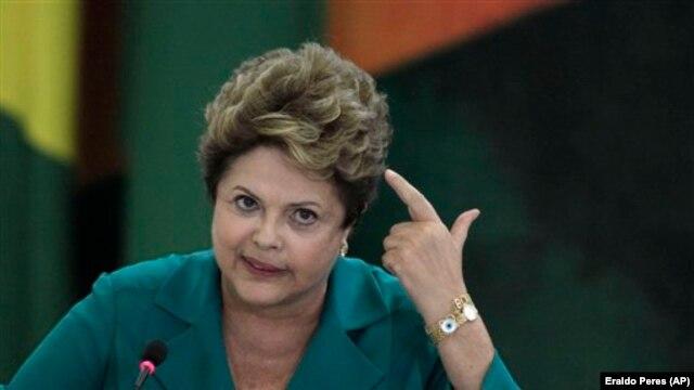 Presidente do Brazil Dilma Rousseff atende à cerimônia no Palácio do Planalto, em Brasília, Brasil, em que novamente cobrou explicações do governo americano acerca das atividades da Agência de Segurança Nacional americana.