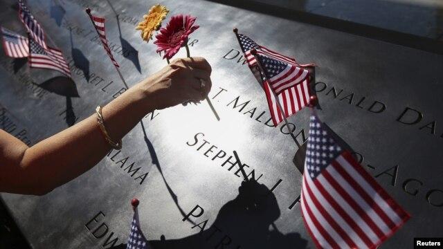 Decenas de personas se acercan al memorial de las víctimas del 11-S, en Nueva York, para recordar el trágico día que cambió la historia del país hace 12 años.