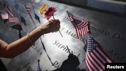 民眾在紐約世貿大樓遺址紀念9-11遇難者 (資料照片)
