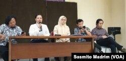 Sejumlah perwakilan LSM pemerhati lingkungan dari Kruha, Jatam, ForBanyuwangi dan YLBHI saat menggelar konferensi pers di kantor YLBHI, Jakarta, Selasa, 25 Februari 2020. (Foto: Sasmito Madrim/VOA)