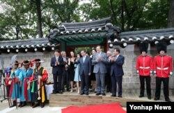 30일 서울 영국대사관 새 후문 앞에서 열린 덕수궁 돌담길 개방식에서 박원순(가운데) 서울시장 등 참석자들이 기념 촬영을 하고 있다.