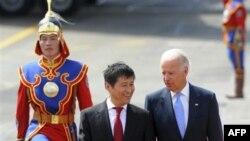 Премьер-министр Монголии Сухабаатар Батболд и вице-президент США Джо Байден в международном аэропорту им. Чингиз Хана в Улан-Баторе. 22 августа 2011 г.