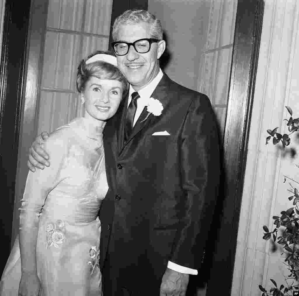 តារាភាពយន្ត Debbie Reynolds អាយុ២៩ឆ្នាំ និងសេដ្ឋីនៃក្រុមហ៊ុនផលិតស្បែកជើងលោក Harry Karl អាយុ៤៦ឆ្នាំ ថតរូបជាមួយគ្នាបន្ទាប់ពីអាពាហ៍ពិពាហ៍របស់ពួកគេនៅទីក្រុង Beverly Hills រដ្ឋកាលីហ្វ័រញ៉ា កាលពីថ្ងៃទី ២៦ វិច្ឆិកា ឆ្នាំ១៩៦០។ អ្នកស្រីគឺជាអតីតភរិយារបស់លោក Eddie Fisher ហើយក៏ជាកូនក្រមុំទី ០៤ របស់លោក Karl។