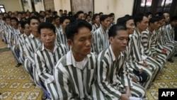 Tù nhân chờ đợi trước khi được trả tự do từ trại giam Thanh Xuân, Hà Nội. Năm 2010, 17.000 tù nhân ở Việt Nam đã được trả tự do trước thời hạn