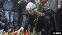 Ngoại trưởng Mỹ John Kerry thắp nến và đặt hoa tưởng niệm tại nơi tưởng niệm những người biểu tiìh đã thiệt mạng tại Kyiv, ngày 4/3/2014.