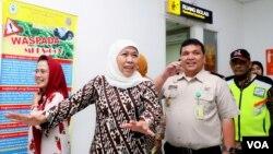 Gubernur Jawa Timur Khofifah Indar Parawansa mengecek kesiapan Bandara Juanda dalam menghadapi ancaman masuknya virus corona (foto Petrus Riski/VOA).