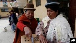 Una mujer aymara emite su voto en El Alto, Bolivia.