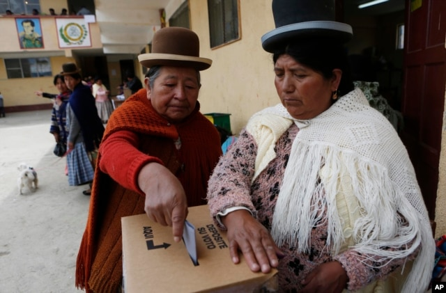 An Aymara woman casts her ballot at a polling station during the constitution referendum in El Alto, Bolivia, Feb. 21, 2016.