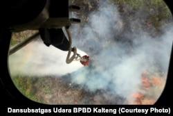 Helikopter Mi-8 menjatuhkan bom air di Kalimantan Tengah 17/10/2018. Kebakaran lahan masih menjadi ancaman bagi Kalimantan (courtesy: Dansubsatgas Udara BPBD Kalteng).