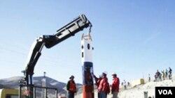 Sebuah kapsul penyelamat tiba di lokasi terkurungnya para buruh tambang di pertambangan San Jose di kota Copiapo, Chili, 25 September 2010.