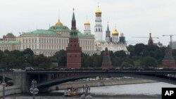 Gedung pemerintah Rusia, Kremlin di Moskow (foto: ilustrasi). AS menuduh intelijen Rusia menyebarkan disinformasi tentang pandemi Covid-19.