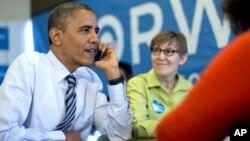 El presidente Barack Obama llama para agradecer a un voluntario de Winsconsin, desde el cuartel de campaña en Chicago, el martes 6 de noviembre.
