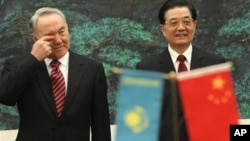 6月12日中国国家主席胡锦涛和哈萨克斯坦总统纳扎尔巴耶夫