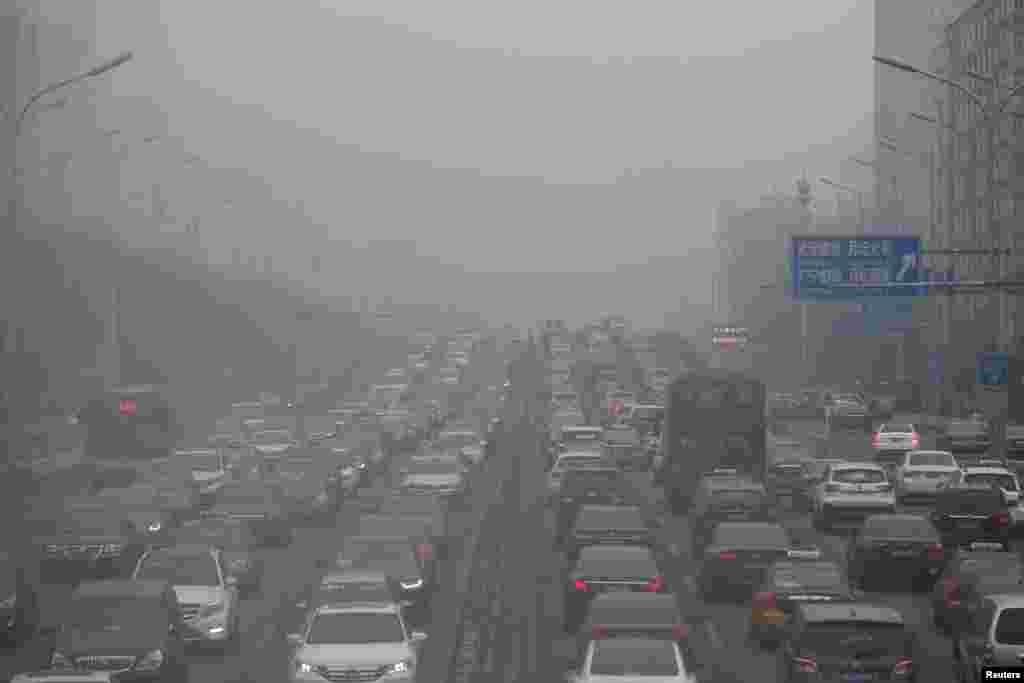 ترافیک سنگین در هوای آلوده پکن چین.
