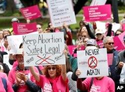 지난 5월 미국 캘리포니아주 새크라멘토에 있는 주 의회 의사당 앞에서 여성들이 낙태 합법화 지지 시위를 하고 있다. (자료사진)