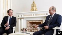 PM Inggris David Cameron (kiri) dan Presiden Rusia Vladimir Putin di rumah kediaman Bocharov Ruchei di kota Sochi, Laut Hitam, Rusia (10/5).