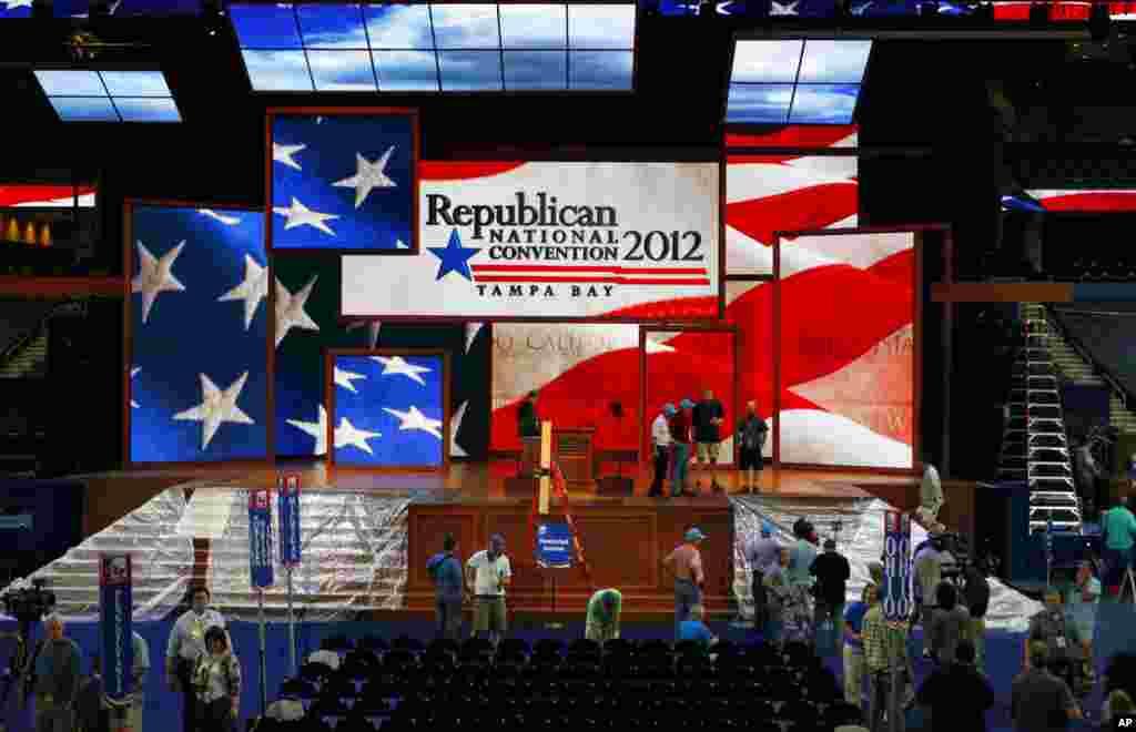 Los trabajadores preparan el escenario del Tampa Bay Times Forum donde se llevarán a cabo los principales eventos de la convención republicana de Tampa, Florida.