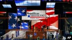 A Tampa, la scène est prête, mais la tempête Isaac a forcé les républicains à remanier leur programme.