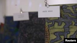شلوار جین هدیه ای از «کیت ماس» مانکن بریتانیایی که «جانی دار» هنرمند آمریکایی روی آن نقاشی کرده است
