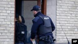 Cảnh sát Đan Mạch tiến hành cuộc lục soát một căn hộ ở Tingbjerg, Copenhagen, Đan Mạch, ngày 7/4/2016.
