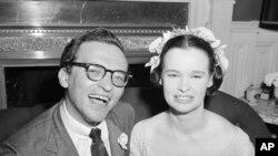 Glorija Vanderbilt sa svojim novim mužem Sidnijem Lametom, snimljena 27. avgusta 1956.