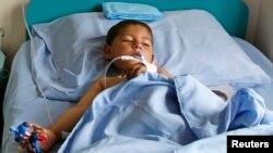 کودکی که در حمله انتحاری ولایت پکتیکا زحمی شده است و به شفاخانه نظامی به کابل منتقل گردیده است