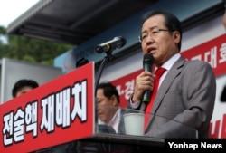 자유한국당 홍준표 대표가 지난 15일 대구에서 열린 전술핵 배치 대구·경북 국민보고대회에서 발언하고 있다.