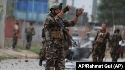 Pripadnik bezbednosnih snaga Avganistana na ulicama prestonice Kabula (Foto: AP/Rahmat Gul)