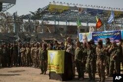"""El vocero oficial de las Fuerzas Democráticas Sirias, Talal Sillo, declara la """"total liberación"""" de Raqqa en el estadio de la ciudad que fue el último bastión de los combatientes de ISIS. Oct. 20, 2017."""