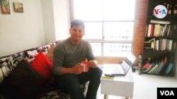 Isidro adecuó su casa para poder responder a sus dos trabajos y crear su podcast.