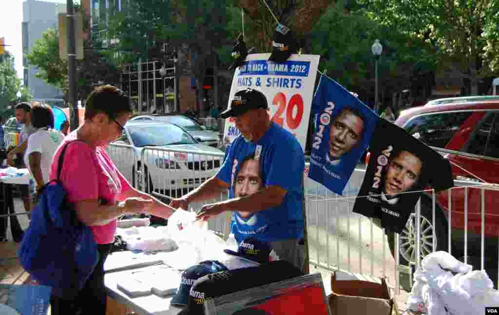Un marchand de souvenirs près du centre où se tient la Convention 2012 du Parti démocrate. (J. Featherly/VOA)