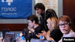 Các tình nguyện viên của tổ chức theo dõi bầu cử độc lập 'Golos' làm việc tại trung tâm gọi điện ở một khách sạn ở thành phố Yaroslavl, cách Moscow 250 km về phía đông bắc 1/4/2012.