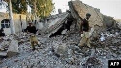 Binh sĩ tại hiện trường của một vụ đánh bom tự sát ở thị trấn chính trong vùng bộ tộc ở Pakistan