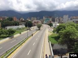 Una de las principales autopistas de Caracas, la capital venezolana, vacía en el segundo día de un paro cívico nacional convocado por la coalición opositora MUD. Julio 27 de 2017. Foto: Álvaro Algarra.